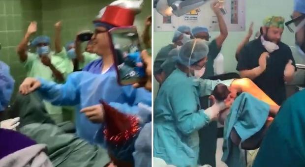 Festa di Capodanno in sala parto mentre il bimbo sta per nascere: medici con trombette e paillettes ma la mamma