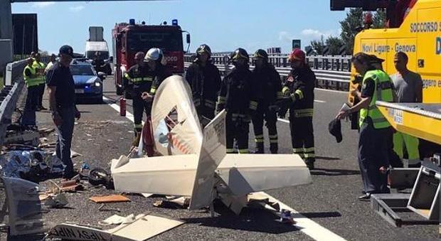 Ultraleggero precipita ini autostrada, morto il pilota
