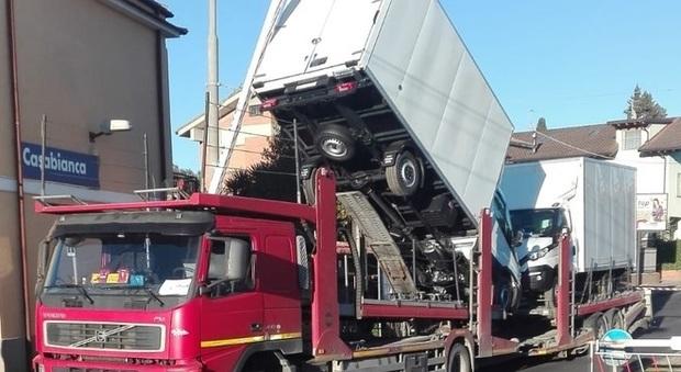 Camion spezza un cavo elettrico alla stazione, caos treni e traffico in tilt sulla via dei Laghi
