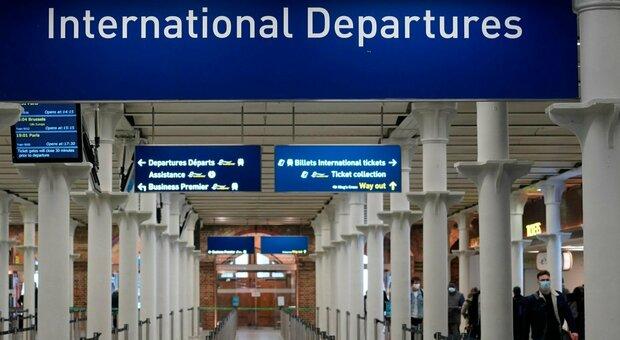 Variante inglese Covid, atterrato a Roma l'ultimo volo da Londra: tamponi per i passeggeri, i positivi allo Spallanzani
