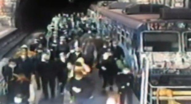 Fase 2, a Napoli bus affollati e traffico. In arrivo Frecciarossa da Milano con 162 a bordo