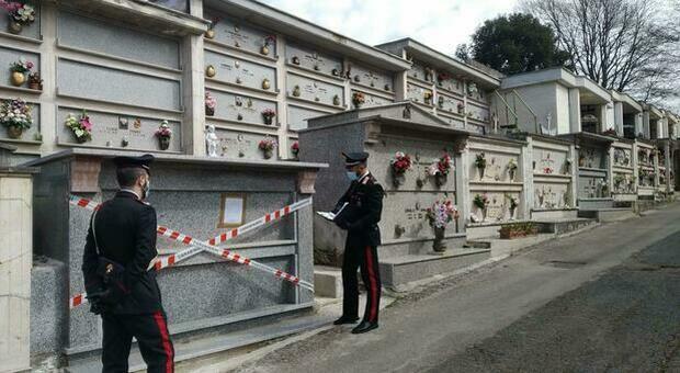 Cimitero Sezze, il guardiano rubava i fiori dalle tombe per poi rivenderli insieme all'amante: «Ti guadagni 60 euro»