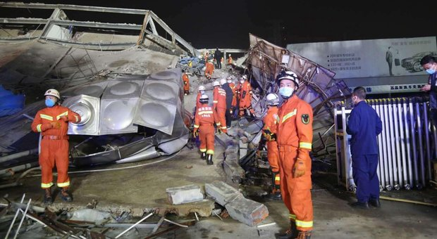 Coronavirus, in Cina crolla hotel usato per la quarantena: 70 persone sotto le macerie, 28 in salvo