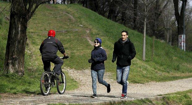 Mascherina all'aperto, obbligatoria per ogni attività motoria: serve se si passeggia, non per jogging e footing. La circolare del Viminale