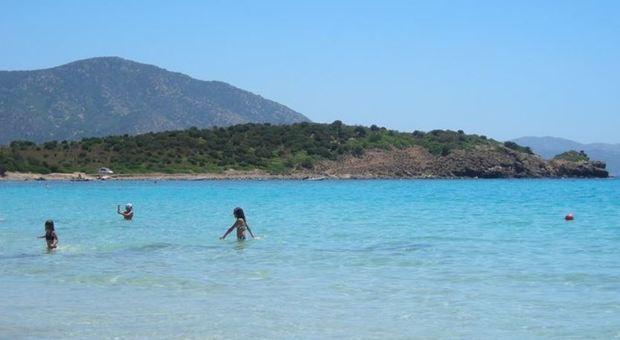 Sardegna, ok ai bagni in mare: «Ma la distanza è obbligatoria anche in acqua»