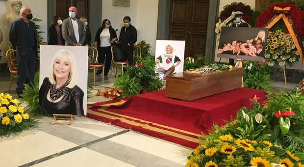 Raffaella Carrà, alle 16 il corteo funebre dalla sua casa di Roma agli studi Rai
