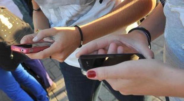 «Un adolescente su 4 va nel panico se gli viene negato lo smartphone», rischio ansia e depressione
