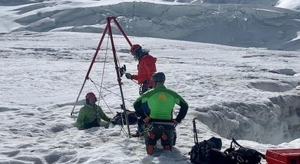 Sopravvive 2 giorni in un crepaccio, trovata da alpinisti di passaggio. I soccorritori: «Un miracolo»