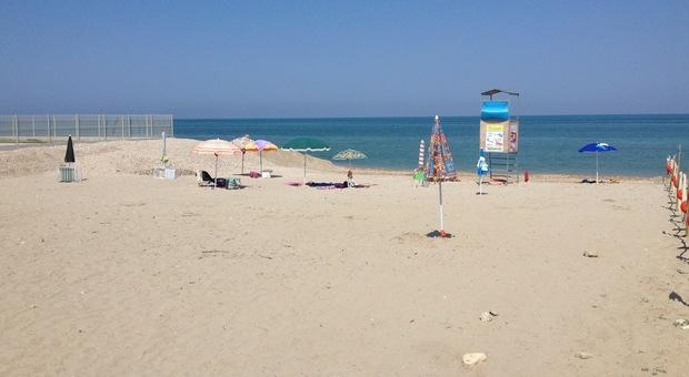"""Pietre aguzze sul fondale a riva, proteste dalla """"Spiaggia dei fachiri"""""""