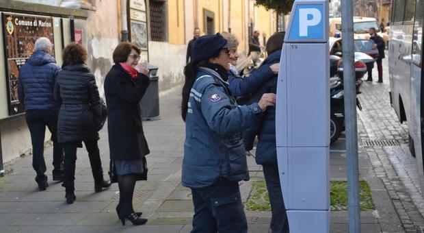 A Marino una cittadin paga la sosta a uno dei parcometri in Centro