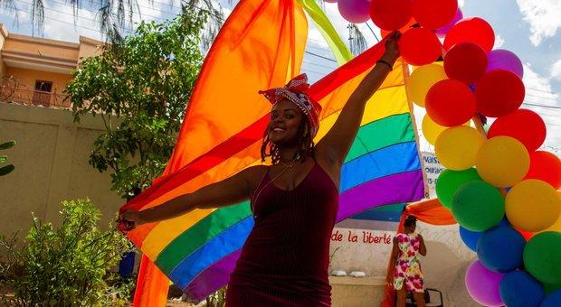 Omo-transfobia, legge alla Camera: «Il 62% delle coppie evita di tenere per mano il partner per paura»