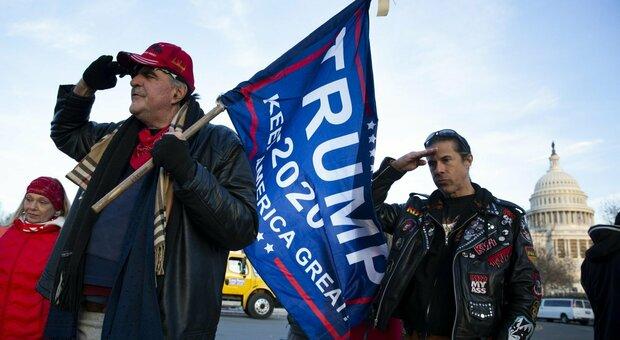 Trump, il piano per rimuoverlo. Biden accusa: attacco alla democrazia