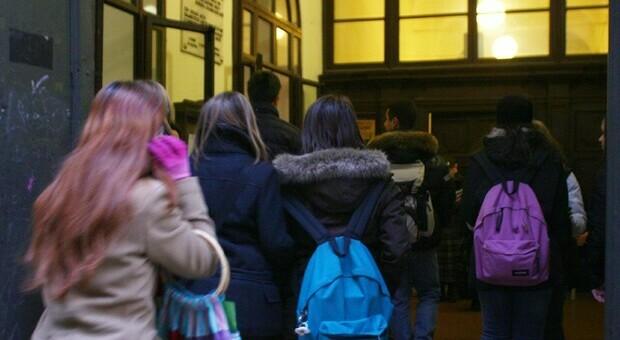 Brescia, stalking e botte a una coetanea: arrestate quattro ragazzine. Video delle aggressioni sui social