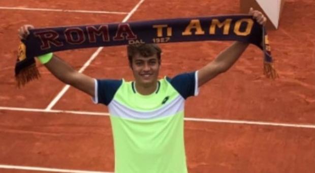 Cobolli vince il Roland Garros juniores ed esulta con la sciarpa della Roma