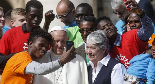 Papa Francesco ai politici: «L'accoglienza ai migranti ha dei limiti, serve prudenza»