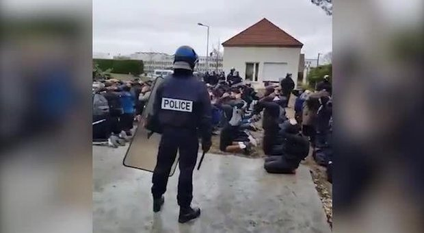 Francia, scontri tra gilet gialli e polizia: auto in fiamme a Parigi