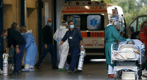 Covid Palermo, muore in ospedale, i parenti tentano di sfondare la porta usando una panchina come ariete