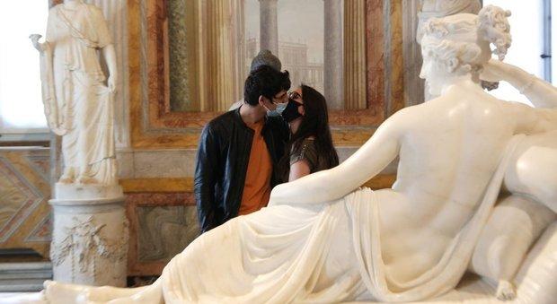 Innamorati alla Galleria Borghese nel giorno della riapertura dopo il lockdown (foto di FRANCESCO TOIATI)
