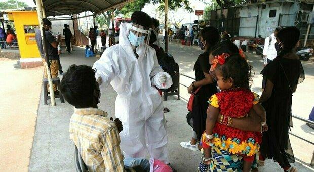 India, calano i contagi ma non i morti. A rischio il programma Covax