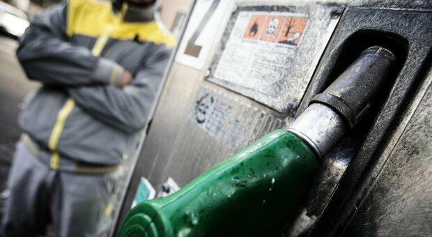 Benzina, prezzo record: verso 1,6 euro al litro. Codacons: +16,7% in un anno, stangata da 273 euro a famiglia