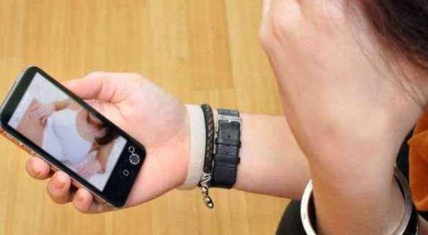 Ragazzina 13enne invia le suo foto osè all'amico bullo: lui le mette su WhatsApp
