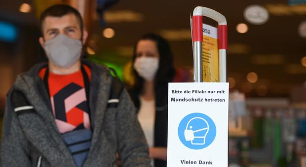 Coronavirus, in Germania risale indice contagio dopo allentamento del lockdown. Il ministro D'Incà: «Prudenza o danni incalcolabili»