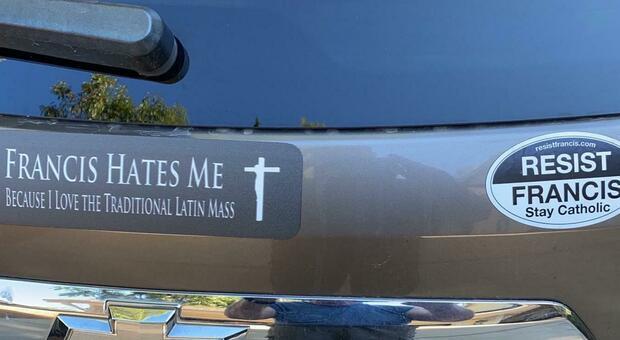 La guerra del latino e negli Usa spuntano adesivi sulle auto: «Papa Francesco ci odia»
