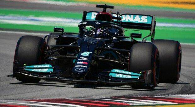 Hamilton da leggenda: a Montmelò arriva la pole numero 100