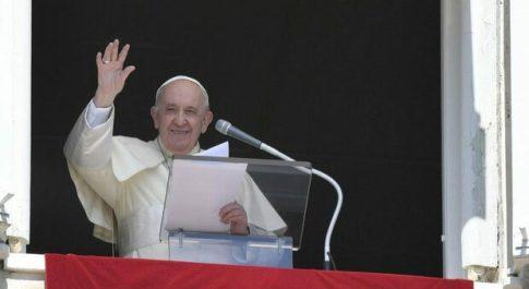 Papa Francesco all'Europa, accogliere i profughi afgani poi parla della «sordità del cuore»