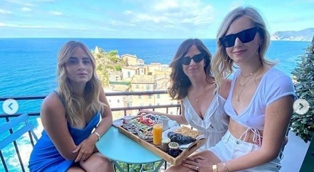 Chiara Ferragni, la foto con le sorelle scatena i follower: «Ma è una cosa di famiglia?». «Con tutti quei soldi...»