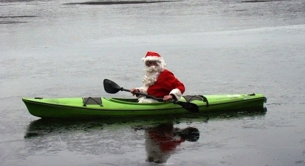 Babbo Natale 8 Dicembre Roma.Roma Babbo Natale In Canoa Per Raccogliere I Rifiuti Nel Tevere