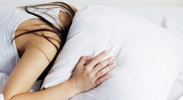 Chi dorme poco mangia di più e ingrassa, colpa di un corto circuito olfattivo