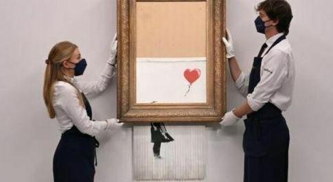 """Banksy, comprato all'asta per 22 milioni di sterline l'opera """"Semidistrutto"""": è record"""