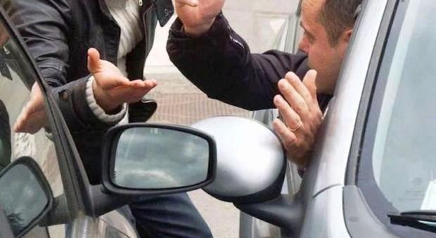Roma, «Mi hai fatto cadere il cellulare», tenta la truffa dello specchietto: ma l'anziana vittima lo fa arrestare