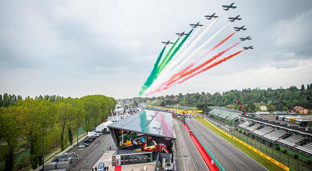 Frecce tricolori, show sull'autodromo di Imola prima del Gp di Formula 1 Video e foto da primato La passione della Motor Valley