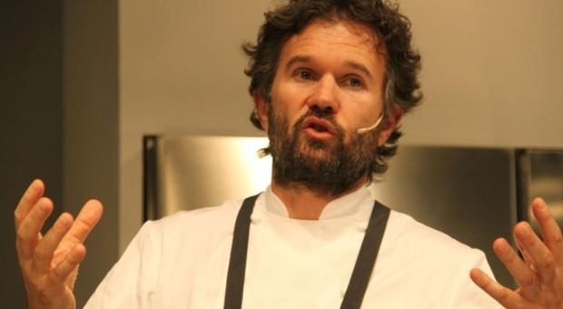 «Amatriciana con l'aglio, Cracco non scherza»: la gaffe anche sul suo libro di ricette