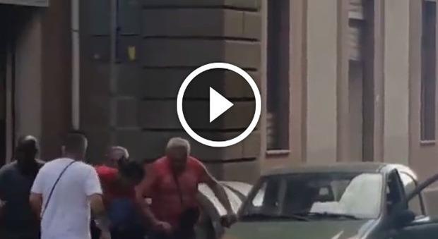 Maxi rissa in pieno centro tra stranieri e italiani davanti ai passanti e ai bambini -Video
