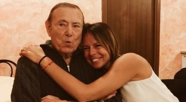 Paola Perego, morto il papà: era positivo al Covid. Un mese fa disse: «Lui e mamma contagiati, non posso vederli»