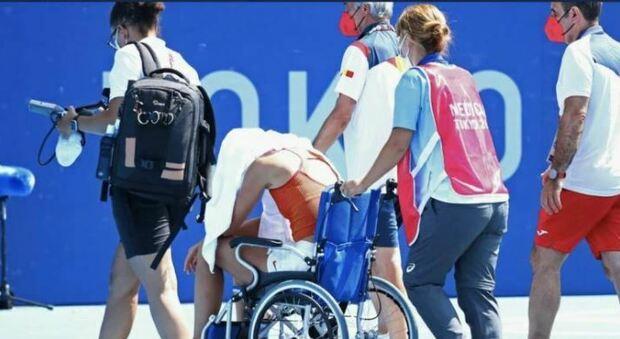 Paula Badosa, malore in campo per il caldo. Esce in carrozzina: «Condizioni impossibili, il mio corpo ha detto basta»