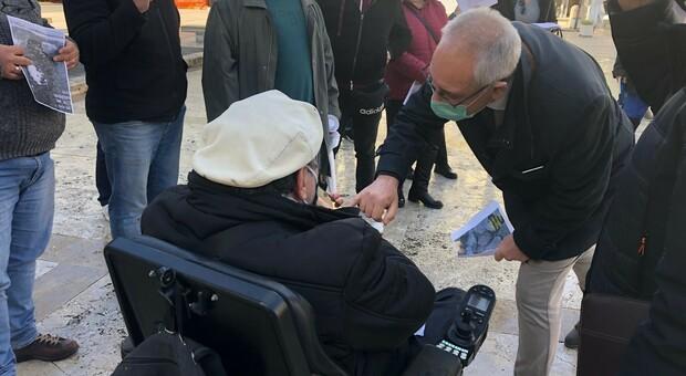 Cittadini protestano contro le buche a Guidonia: il sindaco tenta di spiegarsi