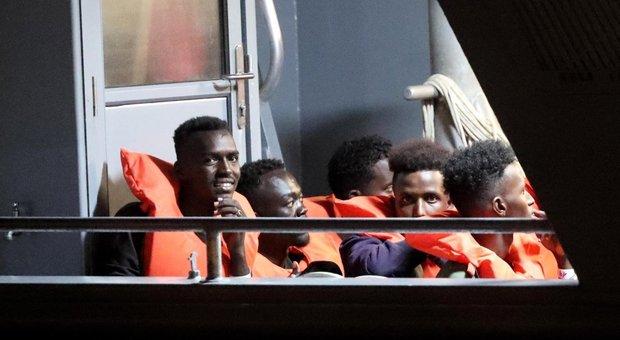 Migranti, stop all'Italia. Ma è stretta sulle Ong