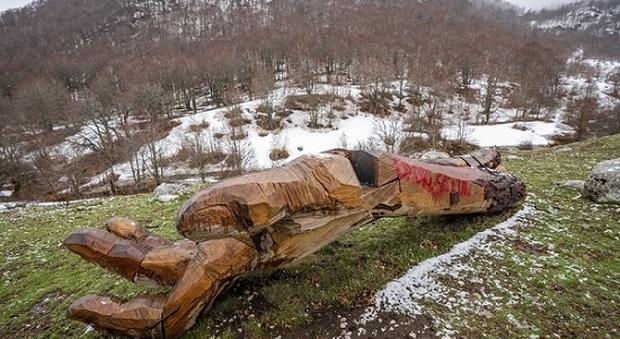 Parco d'Abruzzo, sfregiate con la vernice rossa le opere d'arte del sentiero dedicato alla cultura
