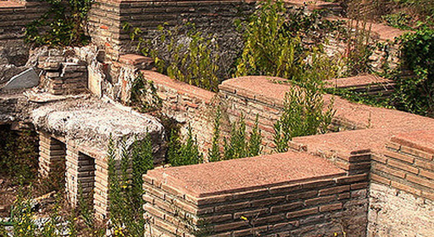 """Roma, archeo-mobilitazione per """"salvare"""" le Terme di Matidia: «Noi, volontari con guanti e rastrelli»"""
