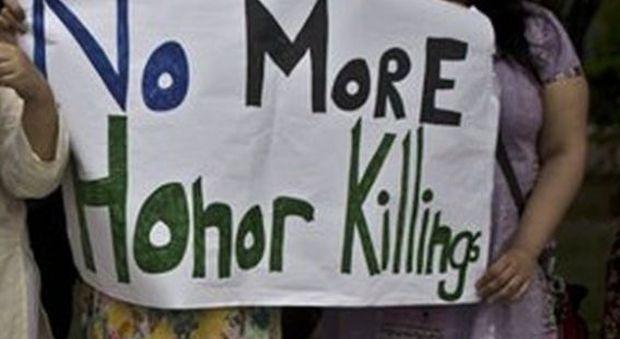 Pakistan, una donna di 25 anni lapidata fino alla morte dal marito: «Delitto d'onore»