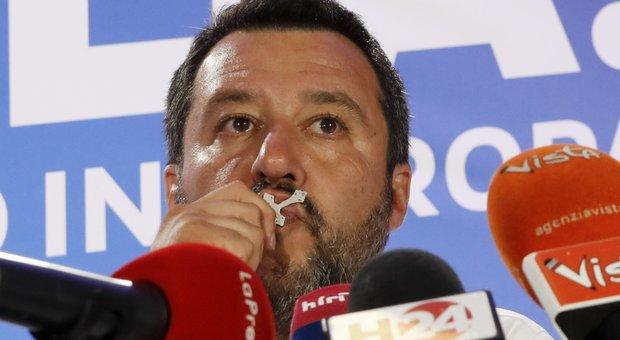 Elezioni europee 2019, Lega primo partito, Salvini bacia il crocifisso: «Una sola parola, Grazie. Ora si cambia»