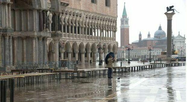 Maltempo, a Venezia le barriere del Mose alzate fino al pomeriggio per fermare l'acqua alta