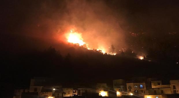 Sarno Incendio Sul Monte Saretto Case Evacuate Domani
