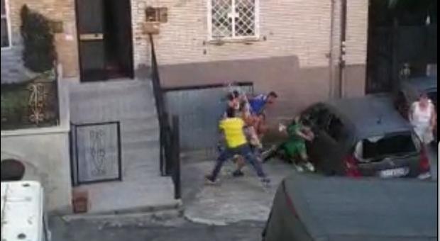 Roma, i due fidanzatini si lasciano: maxi-rissa in strada tra le famiglie
