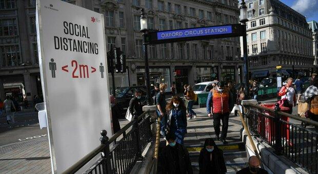 Covid, la diretta: boom di casi in Regno Unito (+14.542), negli Usa i morti superano quota 210mila