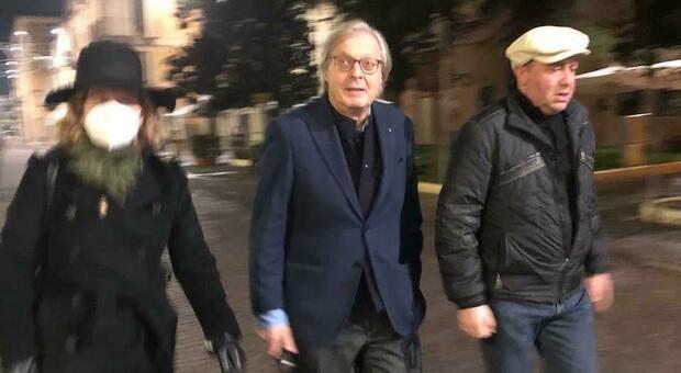 Sulmona licenzia Sgarbi senza mascherina, lui querela e si candida a sindaco